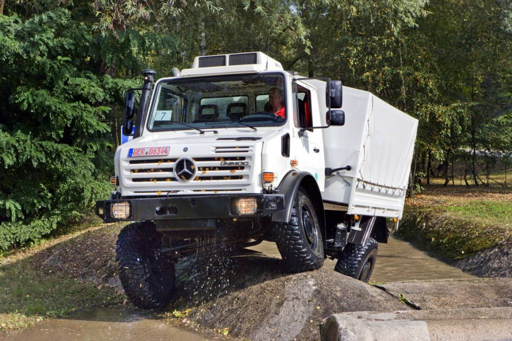 off road award mercedes benz unimog is 2010 cross country vehicle of the year. Black Bedroom Furniture Sets. Home Design Ideas