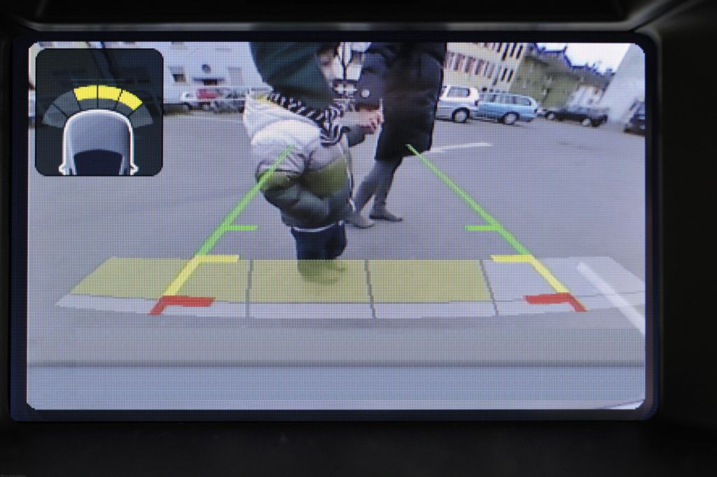 Drivers Embrace Ford s Rear View Camera - The Blue Oval s Fastest-Growing  Driver Aid 9008c8c2e