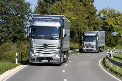 The green truck 2015 goes to the mercedes benz actros for Most fuel efficient mercedes benz