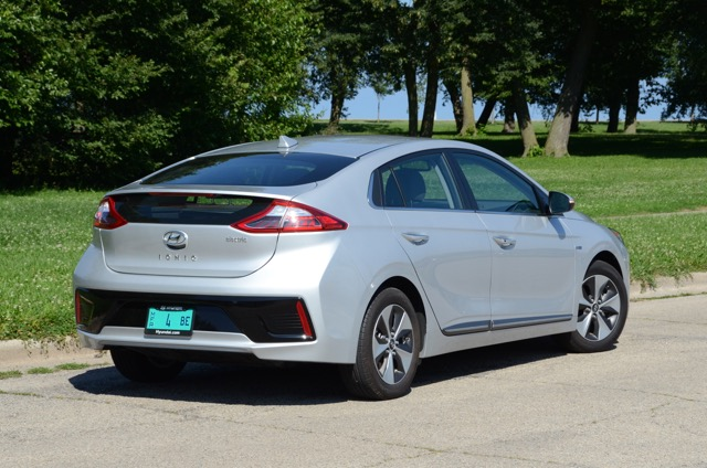 2017 hyundai ioniq electric review by larry nutson. Black Bedroom Furniture Sets. Home Design Ideas